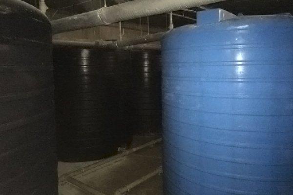 Система накопительных резервуаров, предназначены для бесперебойной подачи воды во время отключения городской сети