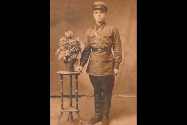 Мой дед в молодости. Иван Стебельский. Сразу после окончания артиллерийского училища в 1938 году
