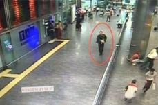 Террорист бегущий с оружием в аэропорту Стамбула.