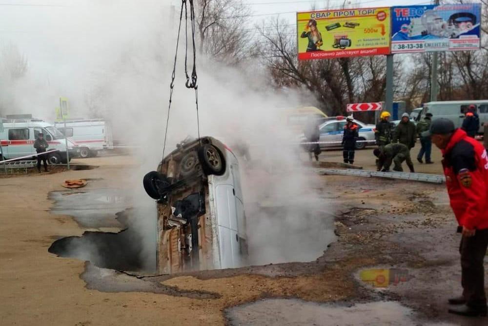 В Пензе автомобиль с двумя погибшими мужчинами достают из кипятка