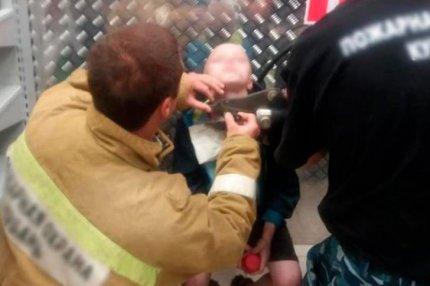 Спасатели освобождают от цепей мальчика, которого заковал родной отец
