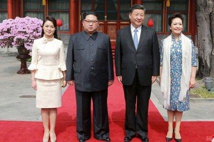 Ким Чен Ын и его жена Ри Соль Ю с президентом Китая Си Цзиньпином и его женой Пэн Лиюань в Пекине, Китай, 28 марта 2018 года