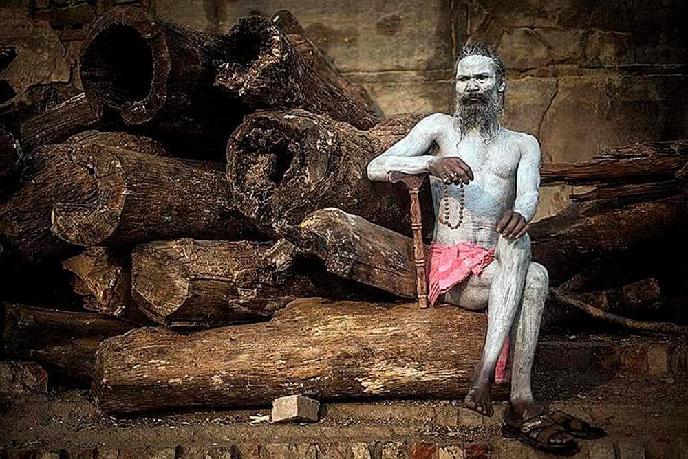 Агхори обмазанный человеческим пеплом