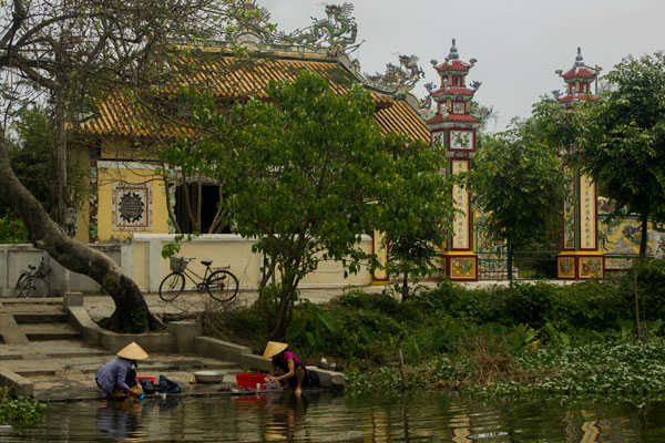 Окрестности Хюэ. Вьетнам. Хозяйки моют посуду.
