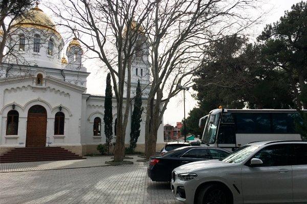 Свято-Вознесенский кафедральный собор в Геленджике заставленный автоомбилями