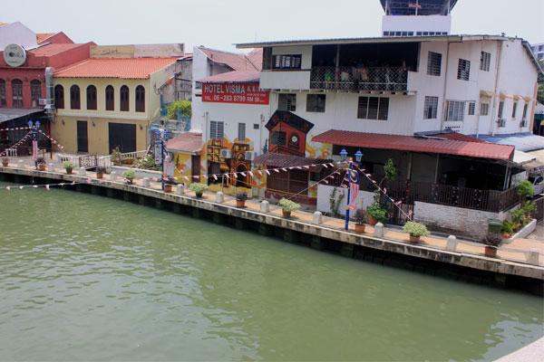Отели вдоль реки в Малакке. Малайзия.