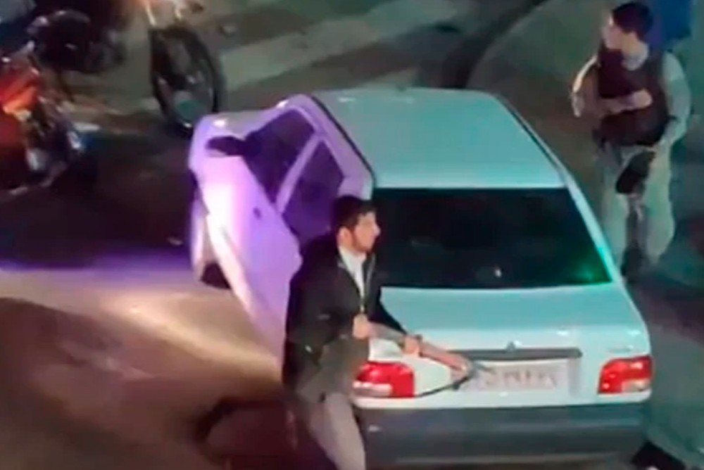 Полицейский с ружьём на митинге в Иране