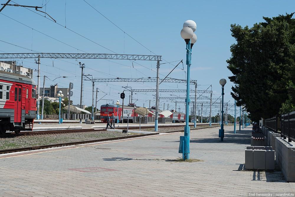 Перрон с электричками на ЖД вокзале в Евпатории