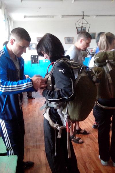 Аэродром ДОСААФ, подготовка парашютистов к прыжку.