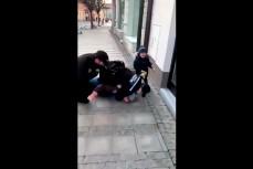 Чешские полицейские жестко задерживают отца ребенка за отсутствия маски возле детсада