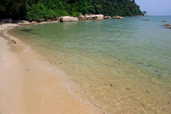 Пляж Tanjung Ailing с прозрачной водой в парке Taman Negara Pulau Pinang. Остров Пинанг (Пенанг).