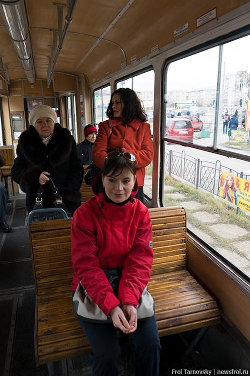 Старый трамвай с деревянными сиденьями в Евпатории