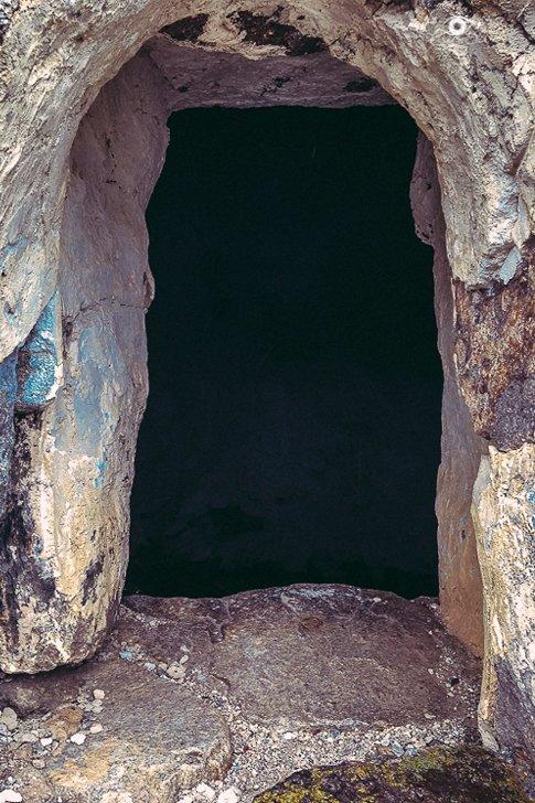 Окно в могильнике в Чегемском ущелье
