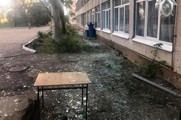 Вынесенные стёкла после взрыва в керченском колледже