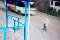 Девушка падает под автобус