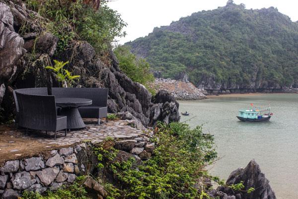Остров Cat Ba. Путешествие на мопеде. Столик на горе с видом на море.