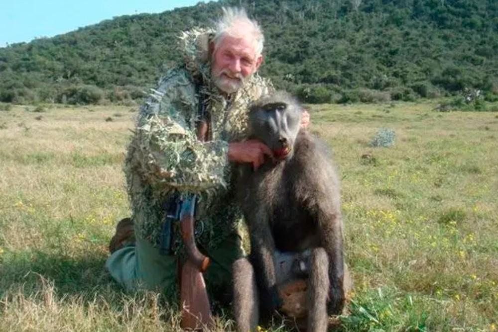 Брит Родни Фуллер с бабуином, которого он убил во время поездки на сафари Umlilo