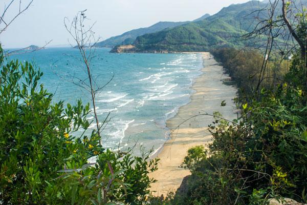 Пляж на окраине Куинёна.