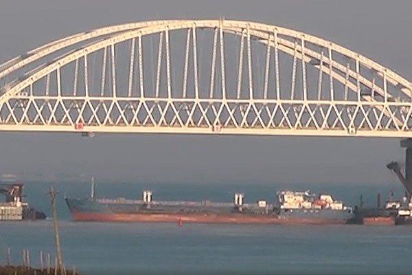 Под Керченским мостом закрыли движение для кораблей