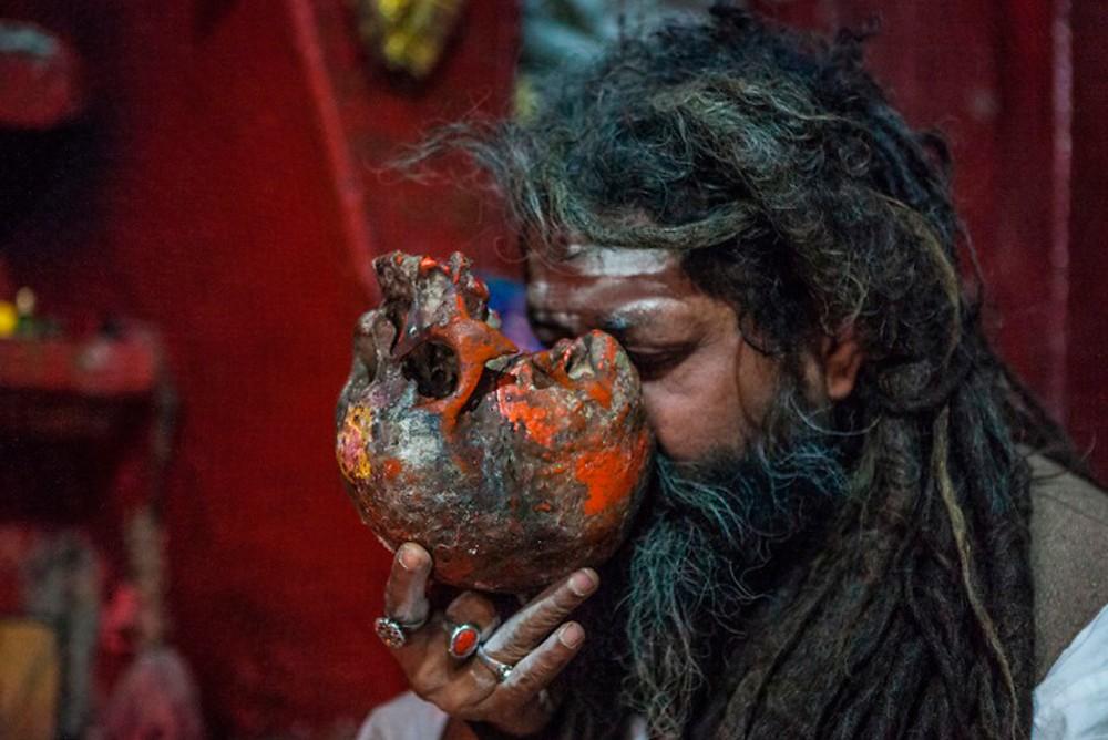 Последователь культа Агхори пьет из человеческого черепа