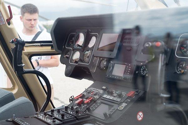 Кабина пилота лёгкого вертолёта санитарной авиации Ансат