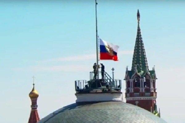 Штандарт президента над Кремлем застрял посередине флагштока.