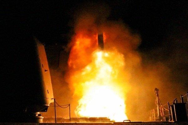 """Ракетный крейсер ВМС США """"Монтерей"""" запускает """"Томагавк"""", 14 апреля 2018 года"""