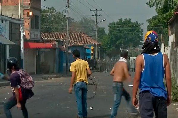 Оппозиция закидывает венесуэльских военных и полицию камнями, они отвечают слезоточивым газом