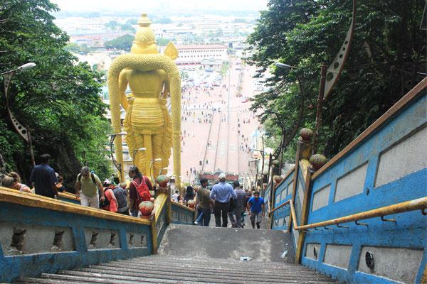 Лестница к пещере Бату. Куала-Лумпур. Малайзия.