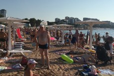Центральный пляж в Геленджике забит до отказа