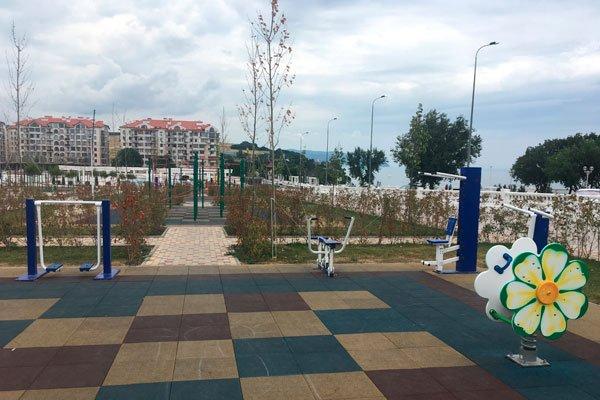 Тренажёры и турники на детской площадке на набережной по улице Крымской