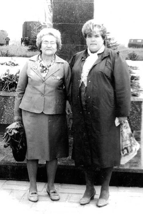 Красная горка в Евпатории. Моя бабушка с моей тётей на Дне Победы, 1988 год.