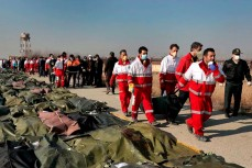 Иранские представители службы спасения собирают останки пассажиров украинского авиалайнера