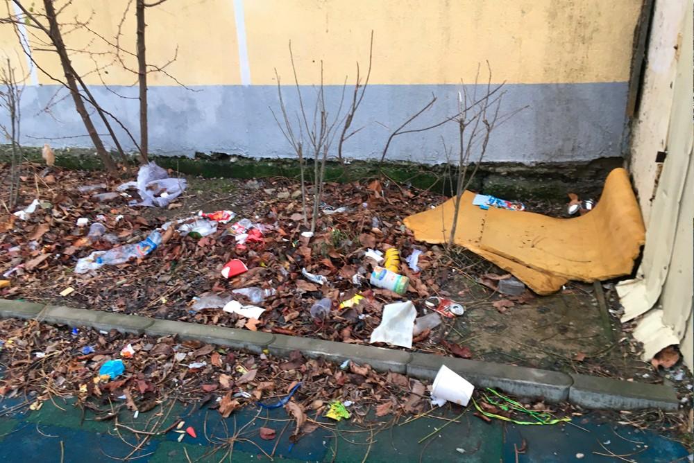 Все клумбы завалены мусором на детской площадке в Геленджике
