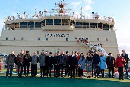 Участники конференции «Полярные чтения – 2018» на вертолётной площадке ледокола «Новороссийск»