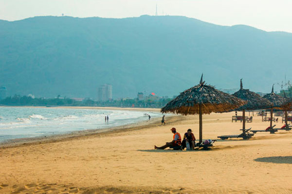 Шезлонги на пляже Куинёна.