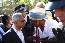 """Мэр Лондона Садик Хан на встрече с жителями """"Башни Гренфелл""""."""