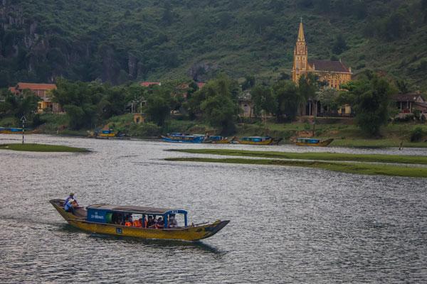 Лодки, которые отчаливают с окраины деревни Фоннья. Вьетнам.