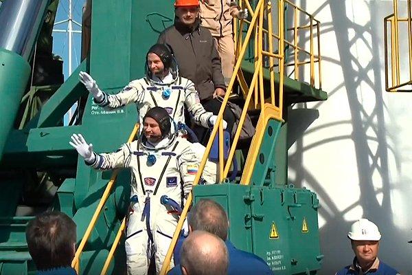 Экипаж миссии МКС-57/58 на стартовой площадке перед посадкой в ракету «Союз МС-10»