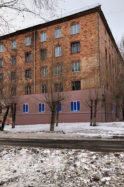 Баннер поможет скрыть облупившуюся краску здания