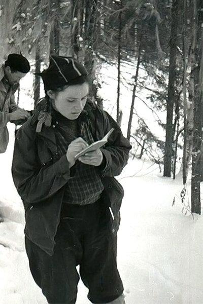 Участница группы Дятлова Зинаида Колмогорова делает записи