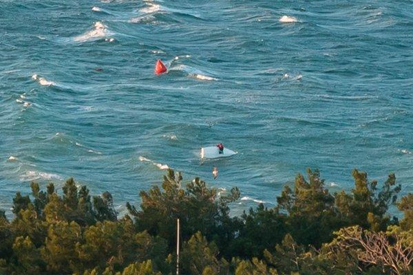 Ребёнок более получаса провисел на перевернутой яхте во время шторма в Геленджике