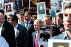 Путин с портретом своего отца-фронтовика во время акции памяти Бессмертный полк.