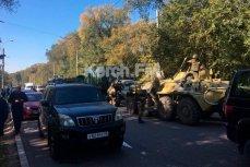 БТРы с военными возле колледжа в Керчи