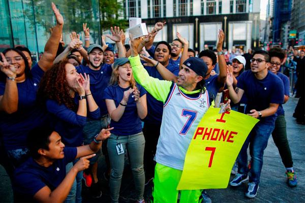 Счастливые обладатели iPhone 7.