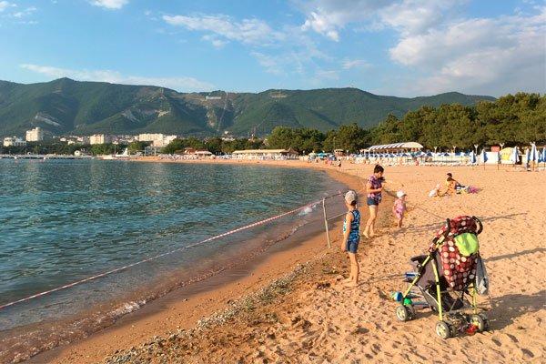 Огороженный центральный пляж во время выброса сточных вод 6 июля