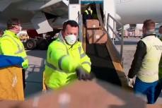 Загрузка медицинских масок в самолет