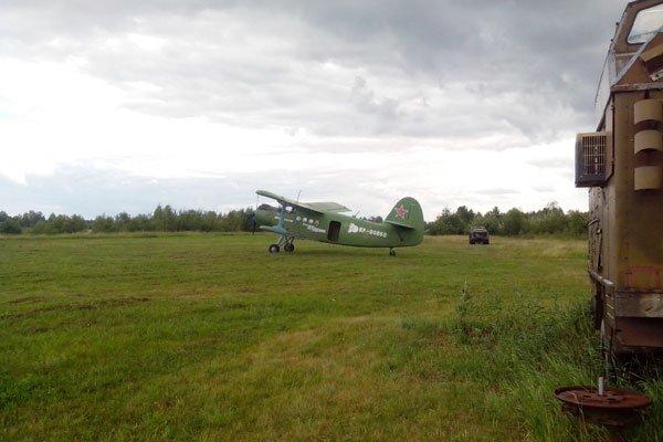 Аэродром ДОСААФ, самолёт, тренажёры, парашюты.