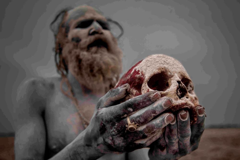 Член секты Агхори с черепом