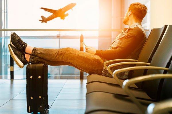 Мужчина ждёт свой рейс